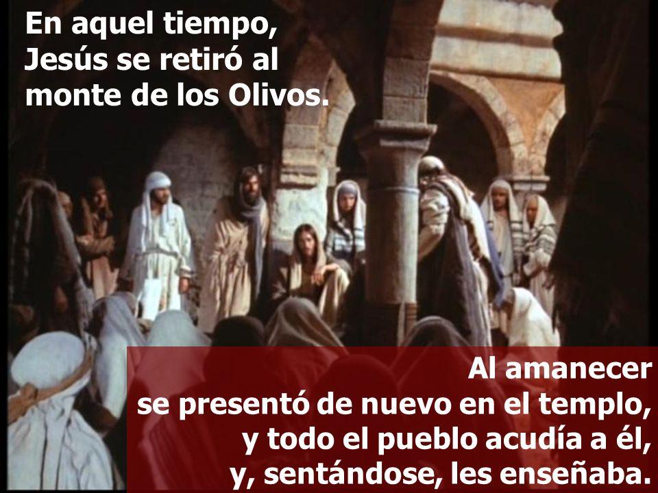 Al amanecer se presentó de nuevo en el templo, y todo el pueblo acudía a él, y, sentándose, les enseñaba. En aquel tiempo, Jesús se retiró al monte de