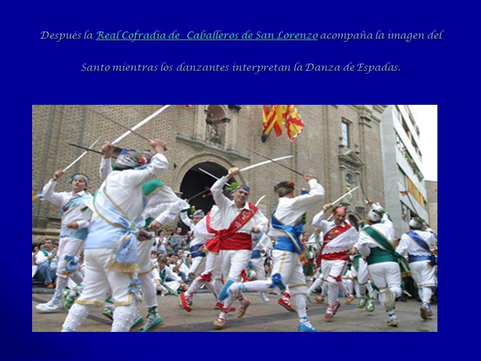 Después la Real Cofradía de Caballeros de San Lorenzo acompaña la imagen del Santo mientras los danzantes interpretan la Danza de Espadas. Real Cofrad