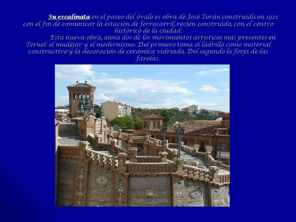 Su escalinata en el paseo del óvalo es obra de José Torán construida en 1921 con el fin de comunicar la estación de ferrocarril, recién construida, co