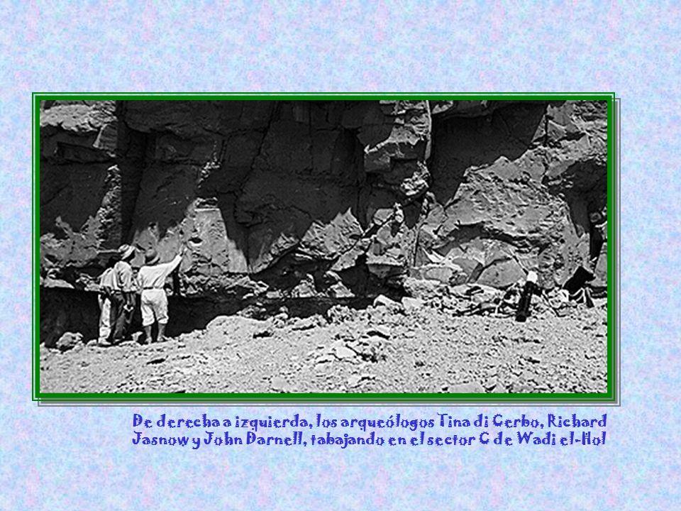 Deborah Darnell y el inspector Ramadan Ahmed Ali examinan los restos de un antiguo lugar que servía de descanso para las caravanas del desierto, entre El-Hol y El-Halfaya