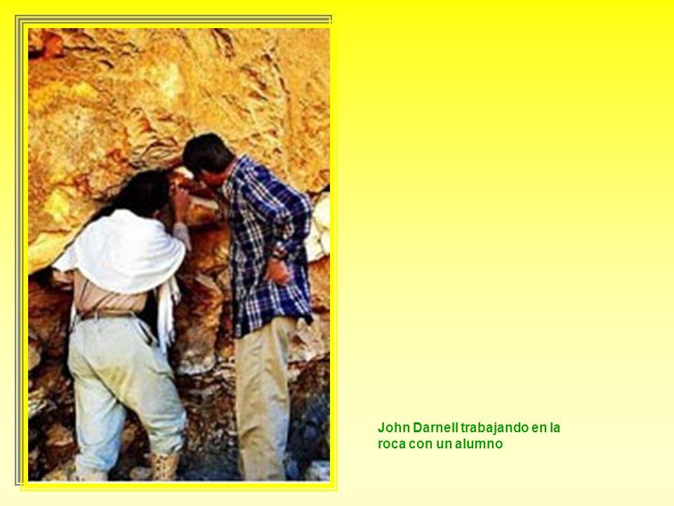 De derecha a izquierda, los arqueólogos Tina di Cerbo, Richard Jasnow y John Darnell, tabajando en el sector C de Wadi el-Hol
