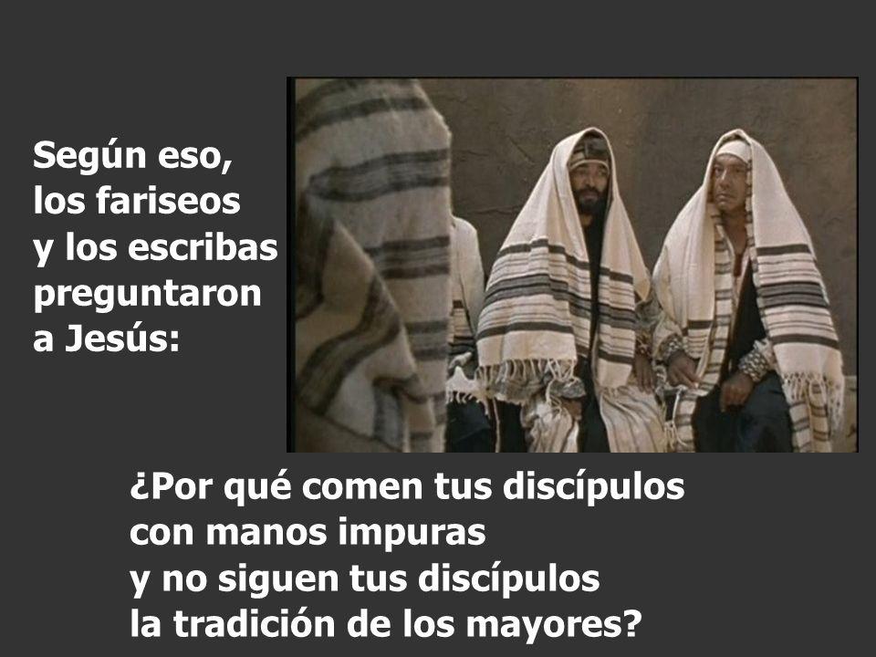 (Los fariseos, como los demás judíos, no comen sin lavarse antes la manos restregando bien, aferrándose a la tradición de sus mayores, y al volver de