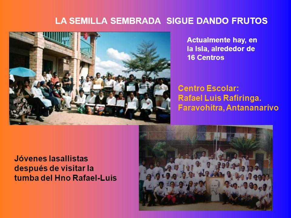 Centro Escolar: Rafael Luis Rafiringa. Faravohitra, Antananarivo Jóvenes lasallistas después de visitar la tumba del Hno Rafael-Luis LA SEMILLA SEMBRA