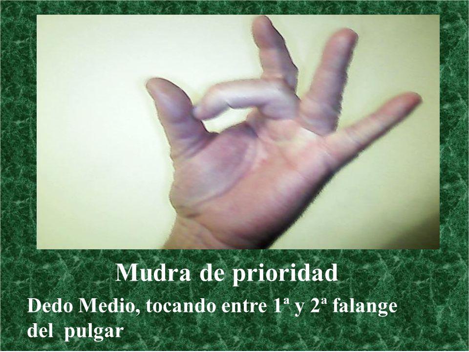 Mudra de prioridad Dedo Medio, tocando entre 1ª y 2ª falange del pulgar