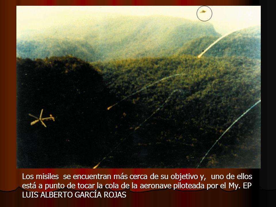 Los misiles se encuentran más cerca de su objetivo y, uno de ellos está a punto de tocar la cola de la aeronave piloteada por el My. EP LUIS ALBERTO G