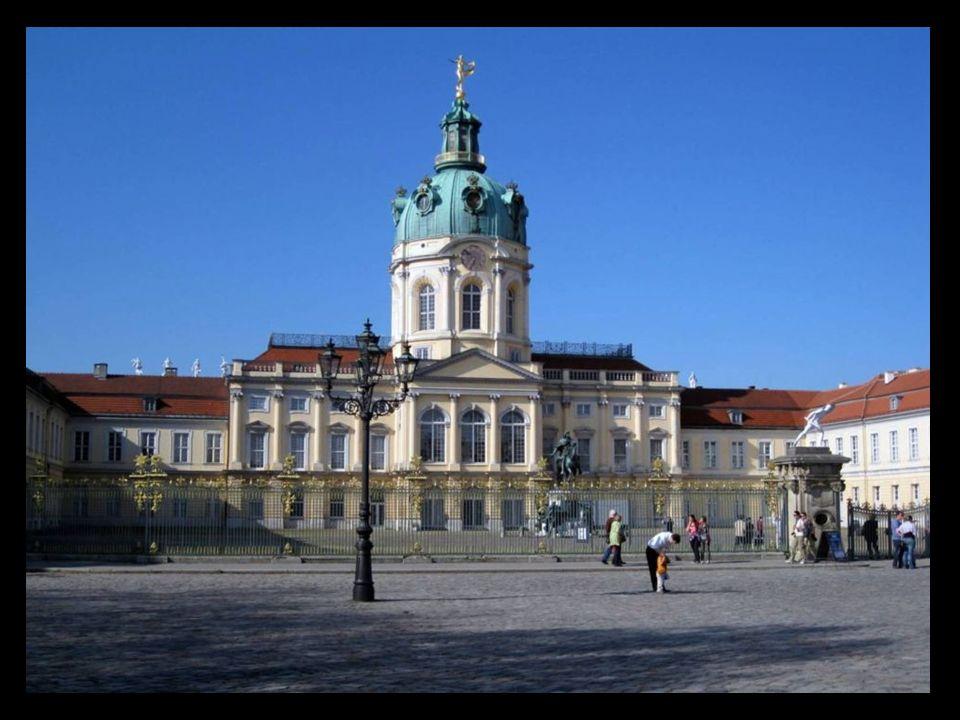 El palacio de Charlottenburg, una magnífica residencia barroca, antigua morada de verano de los reyes prusianos, tiene una historia muy agitada.
