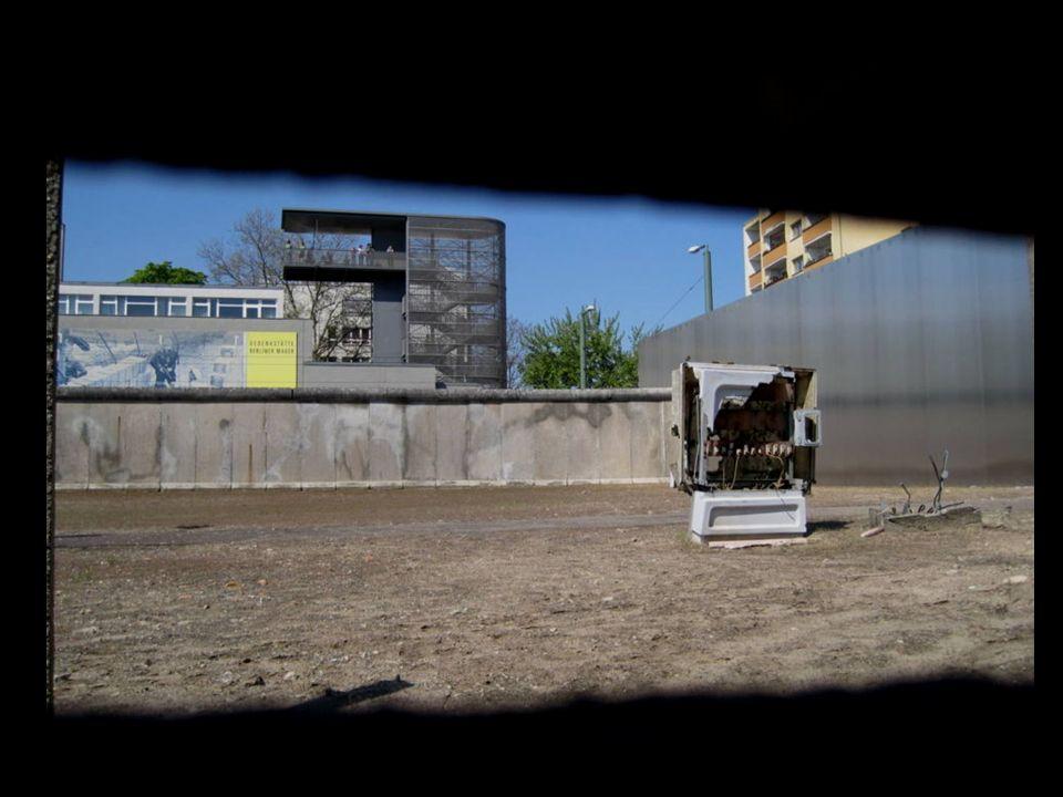 DIE GEDENKSTÄTTE EL MEMORIAL El Memorial del Muro de Berlín se extiende a ambos lados de la Bernauer Strasse.