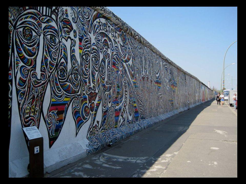 El Muro de Berlín: El Muro fue construido a partir del 13 de agosto de 1961 Separaba a padres hermanos parientes, cruzarlo suponía la muerte.