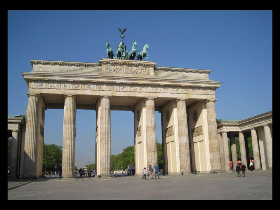 Escultura Berlín obra de Brigitte y Martín Matschinsky fue erigida en 1987 con motivo del 750 aniversario de la inauguración de la ciudad y quiso ser un símbolo de la reciente unión de las dos Alemanias.
