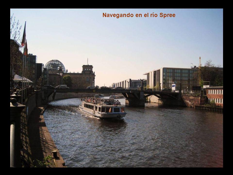 El río Spree es el río que se comunica por medio de canales navegables con el mar Báltico.