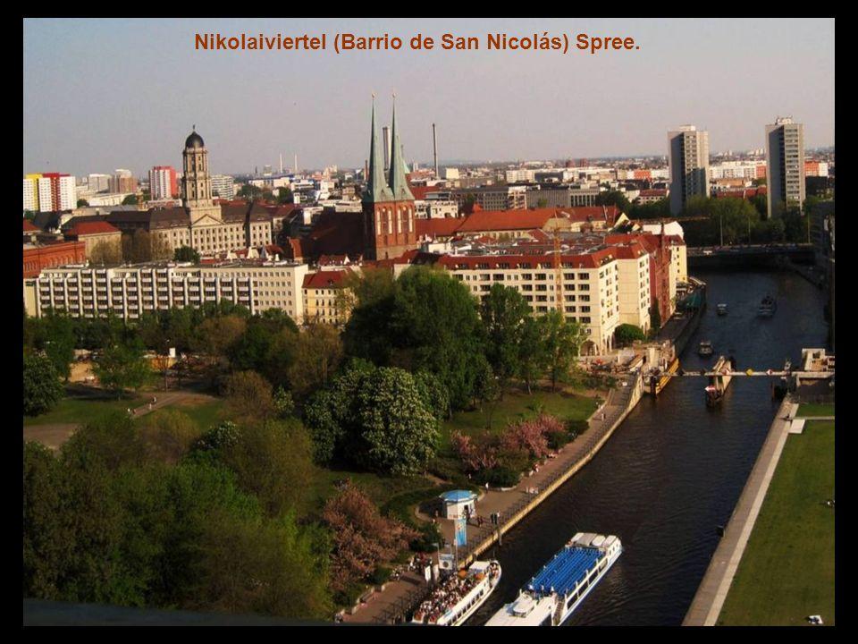 Alexanderplatz con la torre Fernsehturm, y Rotes Rathaus.