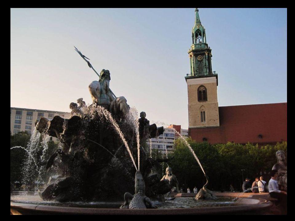 La fuente de Neptuno se encuentra en el parque entre la iglesia de Santa Mariah (St.