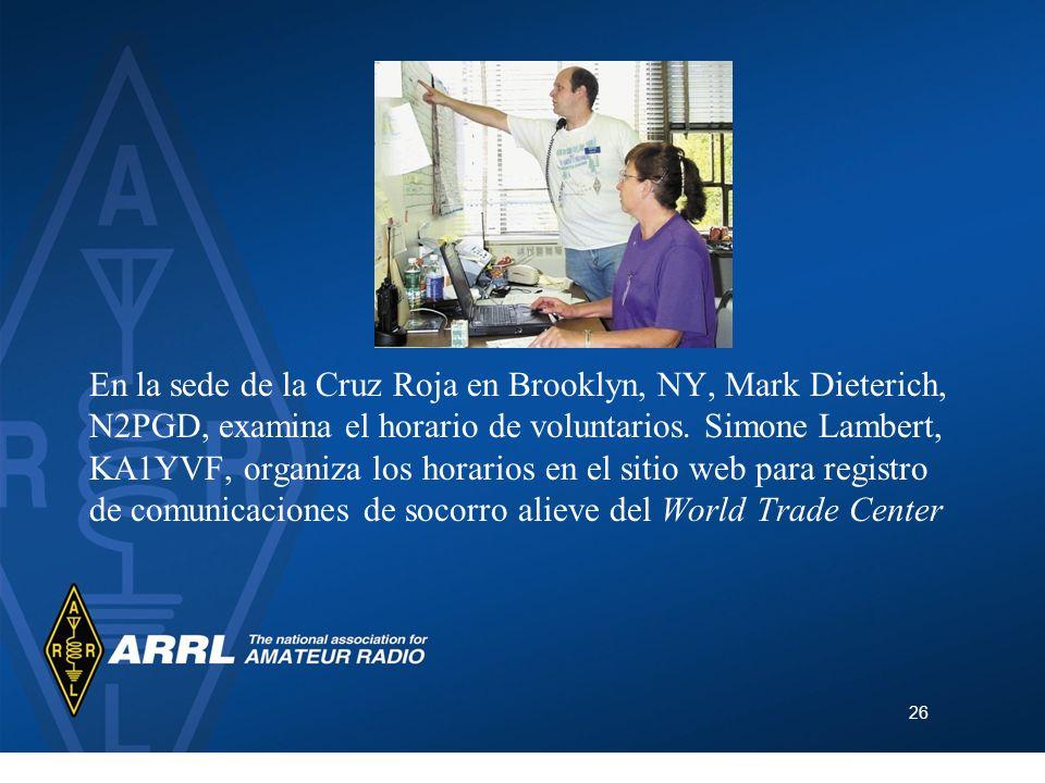 26 En la sede de la Cruz Roja en Brooklyn, NY, Mark Dieterich, N2PGD, examina el horario de voluntarios. Simone Lambert, KA1YVF, organiza los horarios