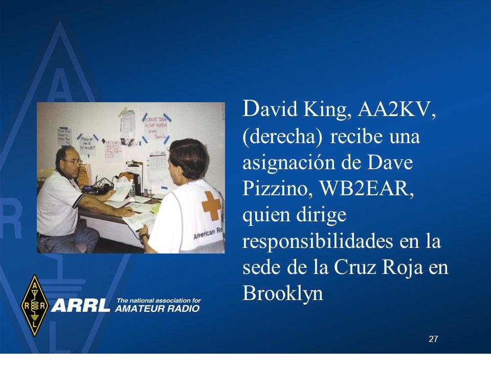 27 D avid King, AA2KV, (derecha) recibe una asignación de Dave Pizzino, WB2EAR, quien dirige responsibilidades en la sede de la Cruz Roja en Brooklyn