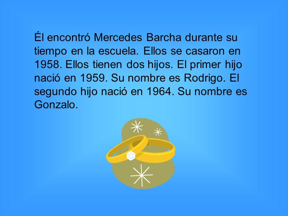 Él encontró Mercedes Barcha durante su tiempo en la escuela. Ellos se casaron en 1958. Ellos tienen dos hijos. El primer hijo nació en 1959. Su nombre