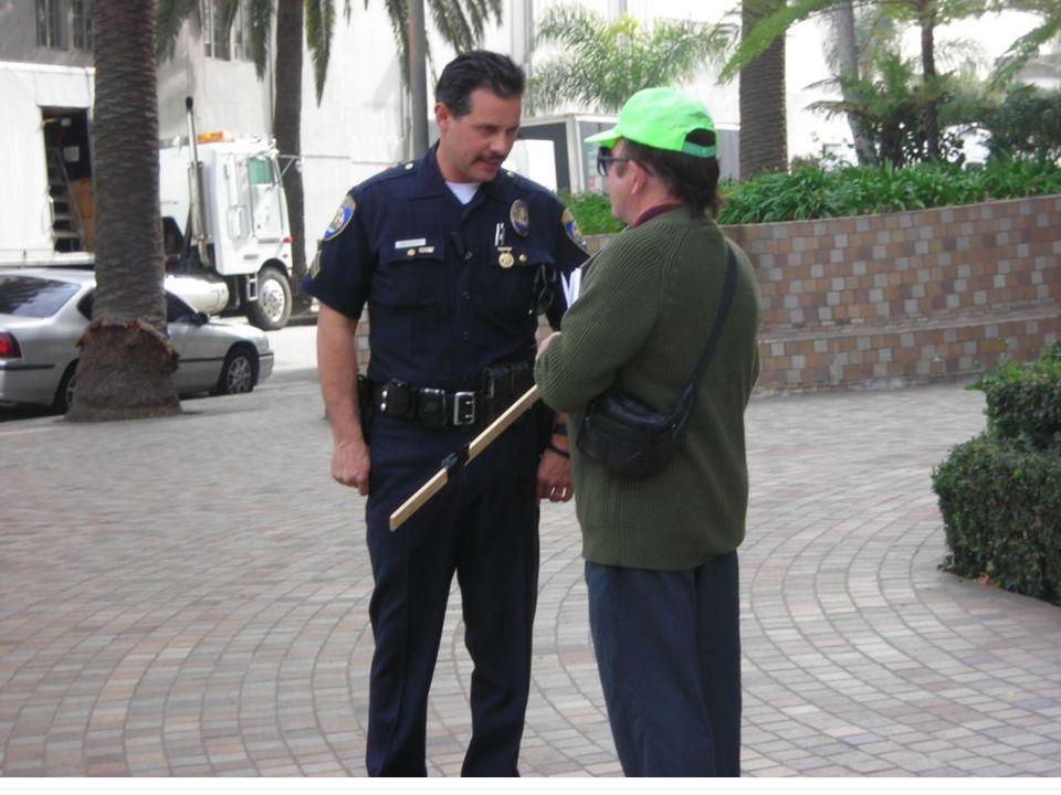 police officer el (la) policía
