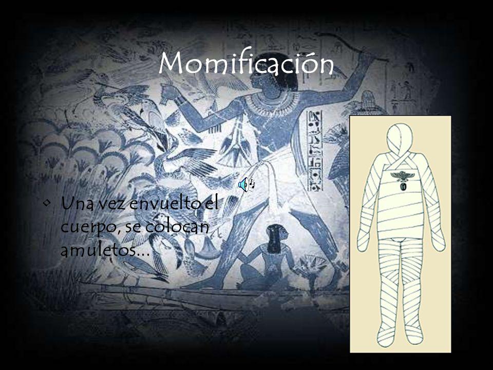 Momificación Una vez envuelto el cuerpo, se colocan amuletos...