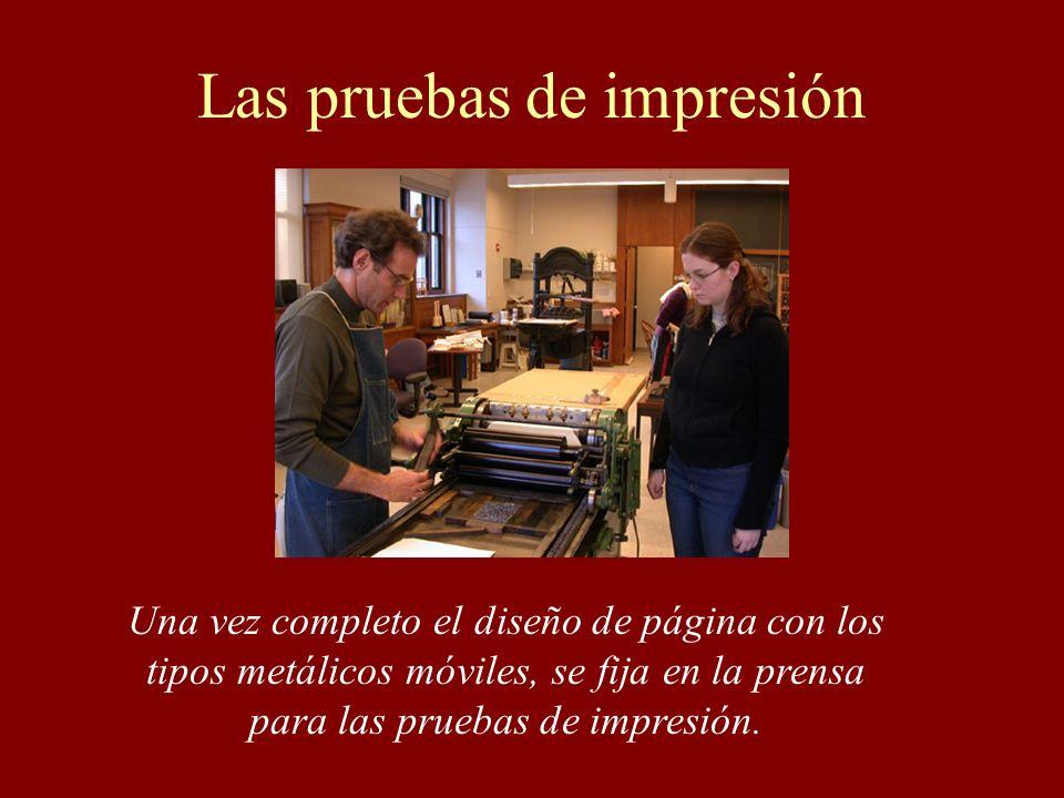 Las pruebas de impresión Una vez completo el diseño de página con los tipos metálicos móviles, se fija en la prensa para las pruebas de impresión.