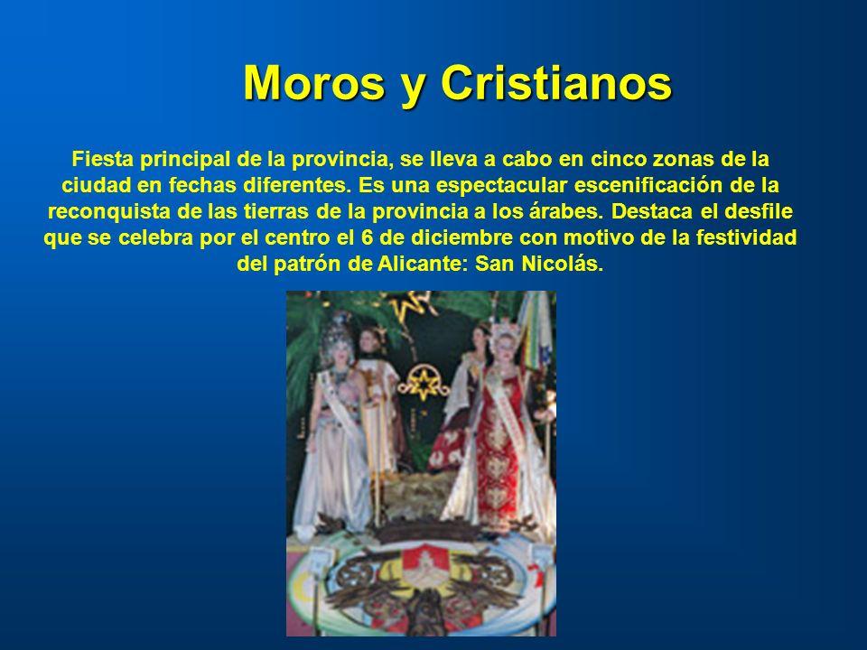 Moros y Cristianos Fiesta principal de la provincia, se lleva a cabo en cinco zonas de la ciudad en fechas diferentes. Es una espectacular escenificac