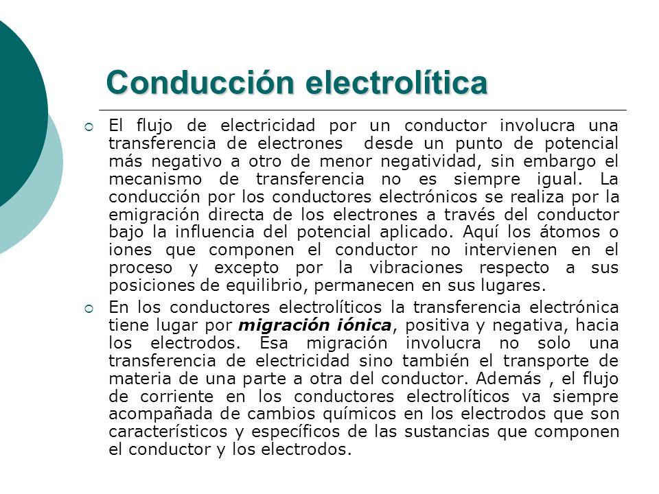 Conducción electrolítica El flujo de electricidad por un conductor involucra una transferencia de electrones desde un punto de potencial más negativo