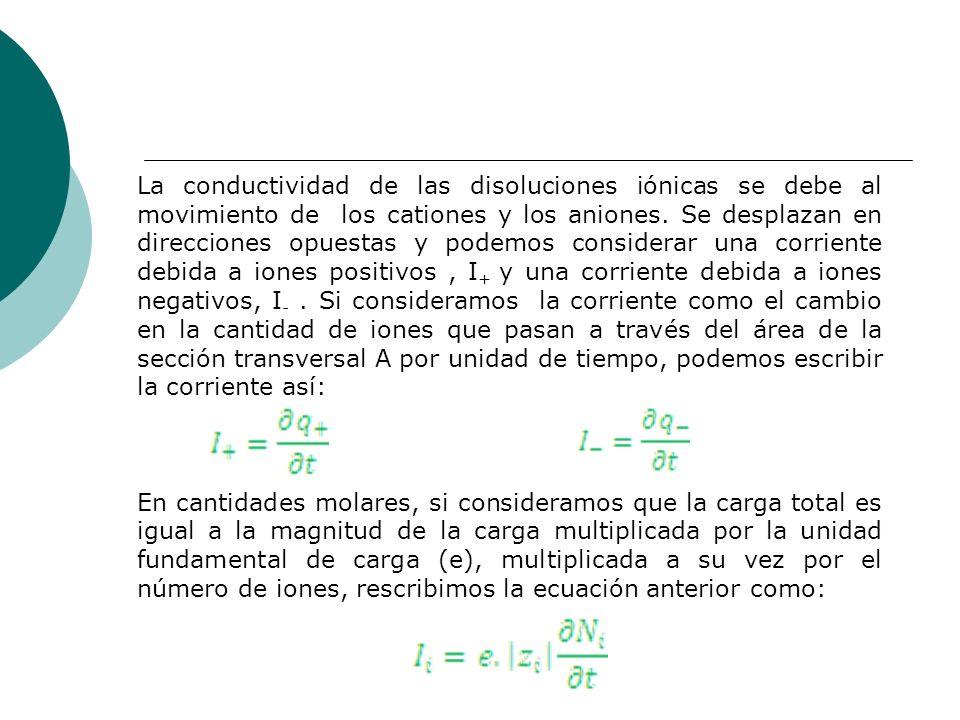 La conductividad de las disoluciones iónicas se debe al movimiento de los cationes y los aniones. Se desplazan en direcciones opuestas y podemos consi