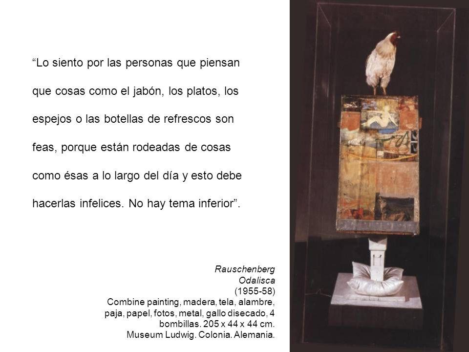 Rauschenberg Odalisca (1955-58) Combine painting, madera, tela, alambre, paja, papel, fotos, metal, gallo disecado, 4 bombillas. 205 x 44 x 44 cm. Mus