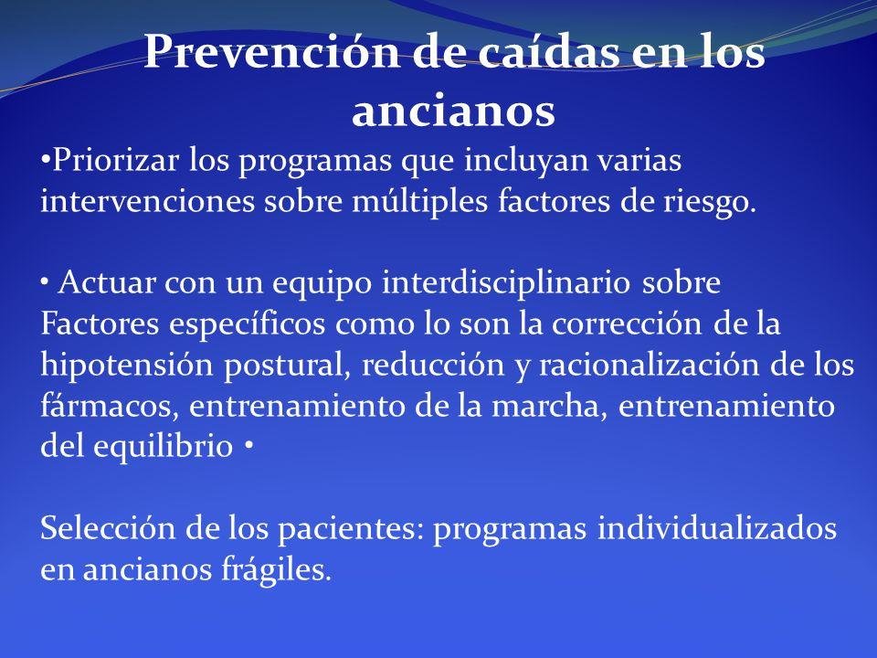 Prevención de caídas en los ancianos Priorizar los programas que incluyan varias intervenciones sobre múltiples factores de riesgo. Actuar con un equi