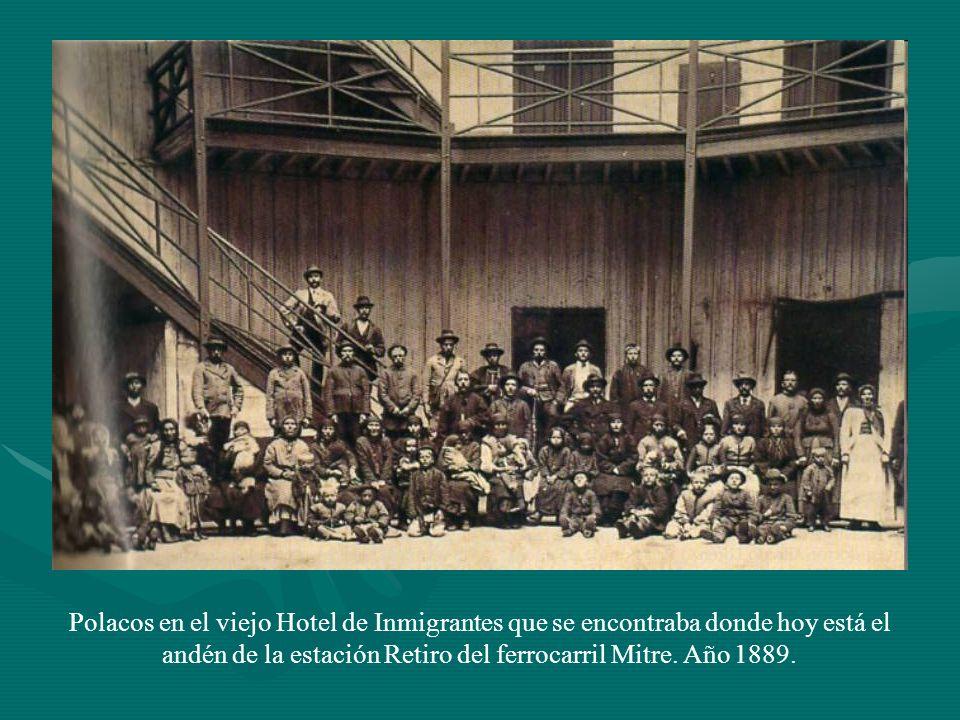 Polacos en el viejo Hotel de Inmigrantes que se encontraba donde hoy está el andén de la estación Retiro del ferrocarril Mitre. Año 1889.