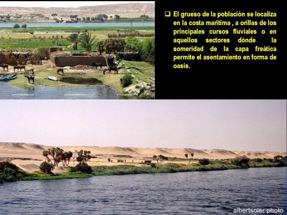 El grueso de la población se localiza en la costa marítima, a orillas de los principales cursos fluviales o en aquellos sectores dónde la someridad de la capa freática permite el asentamiento en forma de oasis.