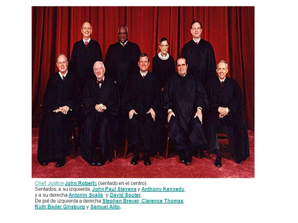 Chef JusticeChef Justice John Roberts (sentado en el centro).John Roberts Sentados, a su izquierda, John Paul Stevens y Anthony Kennedy,John Paul Stev