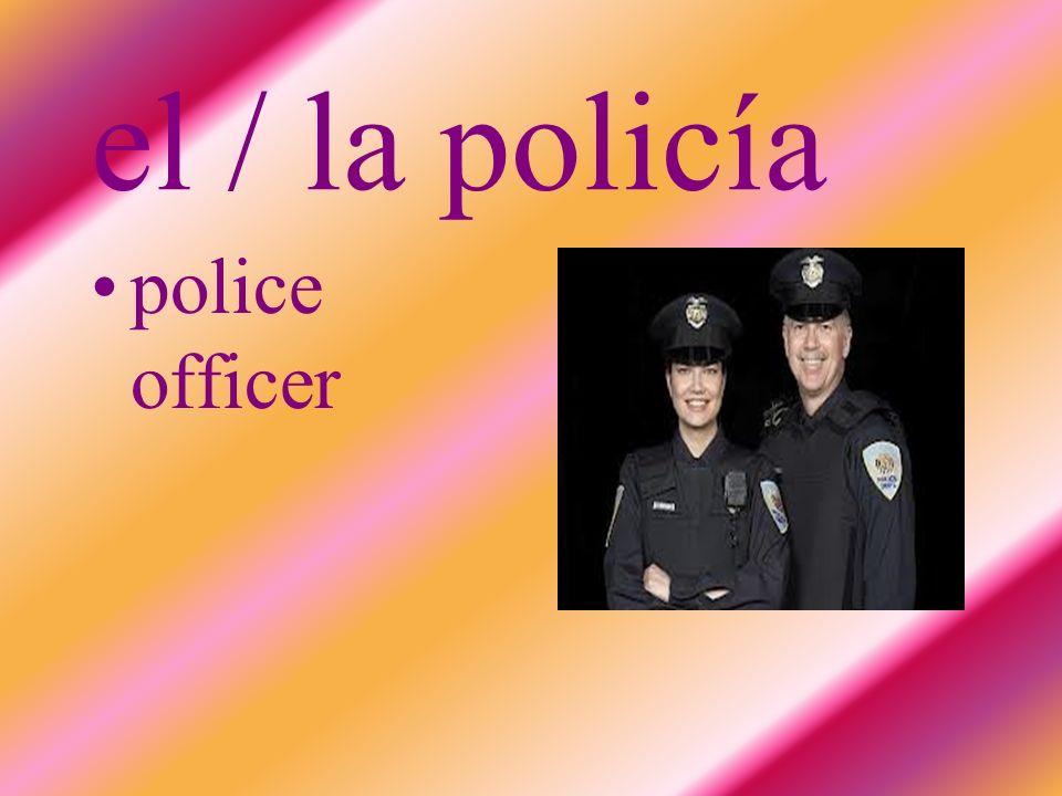 el / la policía police officer