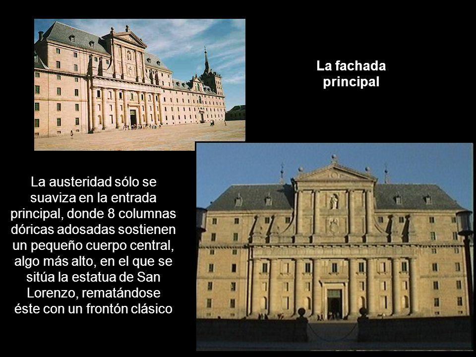La fachada principal La austeridad sólo se suaviza en la entrada principal, donde 8 columnas dóricas adosadas sostienen un pequeño cuerpo central, alg