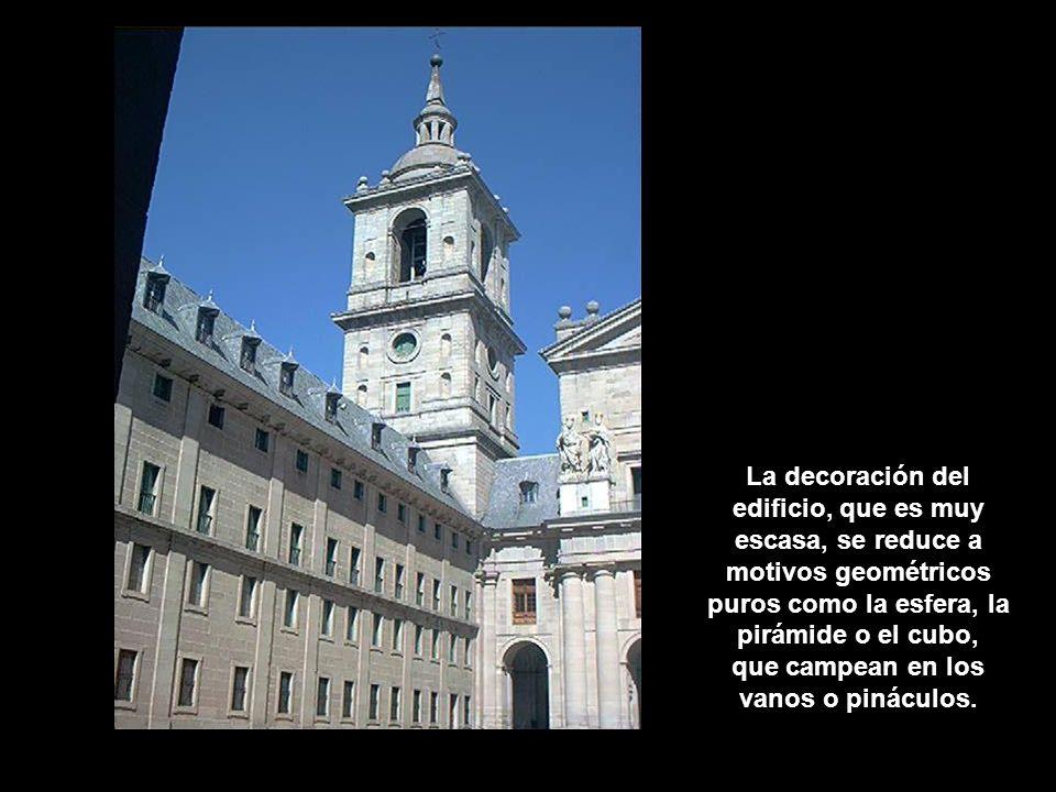 Detalles del patio de los Reyes. La decoración del edificio, que es muy escasa, se reduce a motivos geométricos puros como la esfera, la pirámide o el