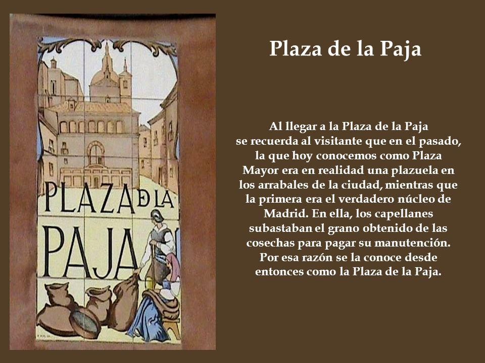 Al llegar a la Plaza de la Paja se recuerda al visitante que en el pasado, la que hoy conocemos como Plaza Mayor era en realidad una plazuela en los a