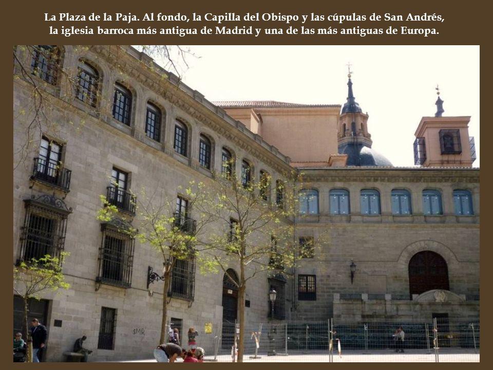 La Plaza de la Paja. Al fondo, la Capilla del Obispo y las cúpulas de San Andrés, la iglesia barroca más antigua de Madrid y una de las más antiguas d