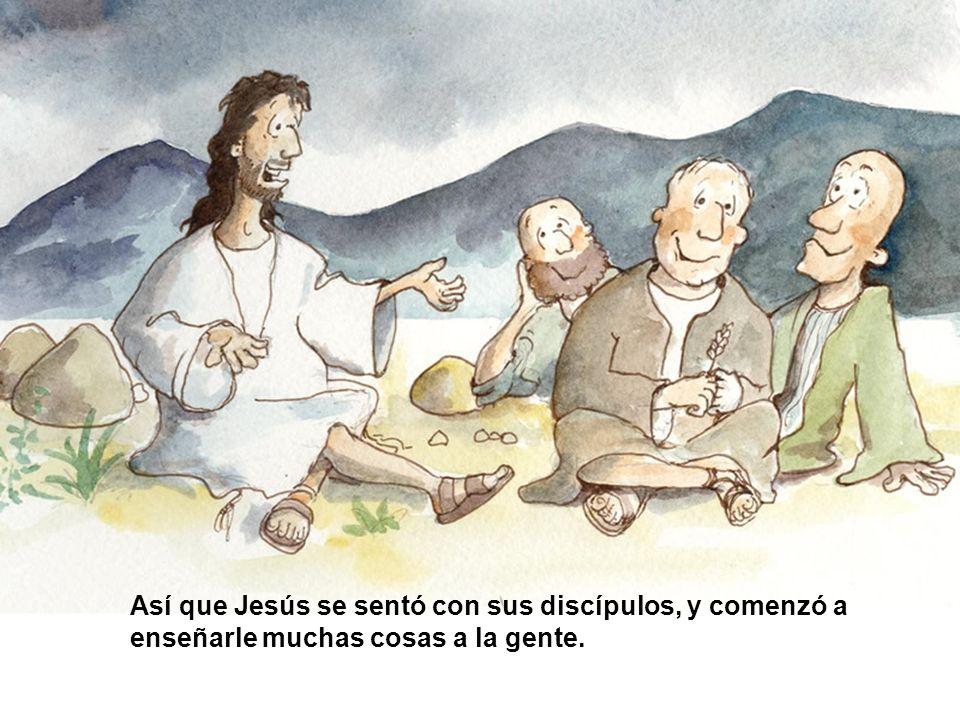 Así que Jesús se sentó con sus discípulos, y comenzó a enseñarle muchas cosas a la gente.