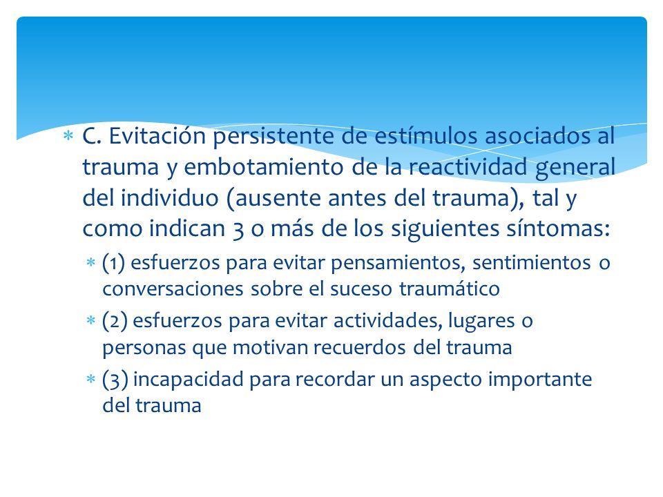 C. Evitación persistente de estímulos asociados al trauma y embotamiento de la reactividad general del individuo (ausente antes del trauma), tal y com