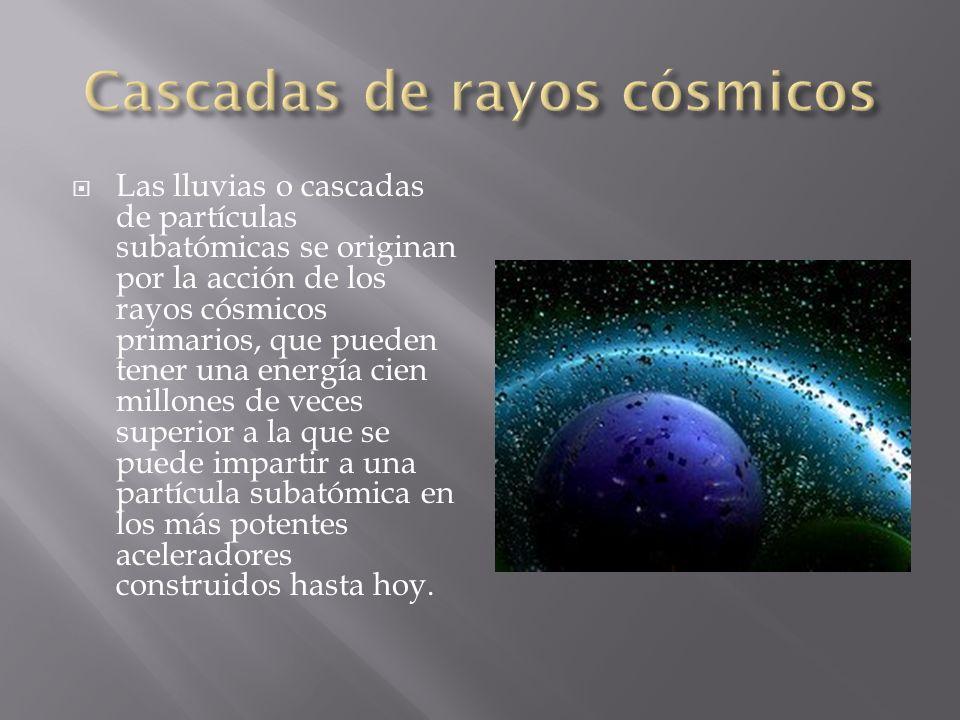 Las lluvias o cascadas de partículas subatómicas se originan por la acción de los rayos cósmicos primarios, que pueden tener una energía cien millones