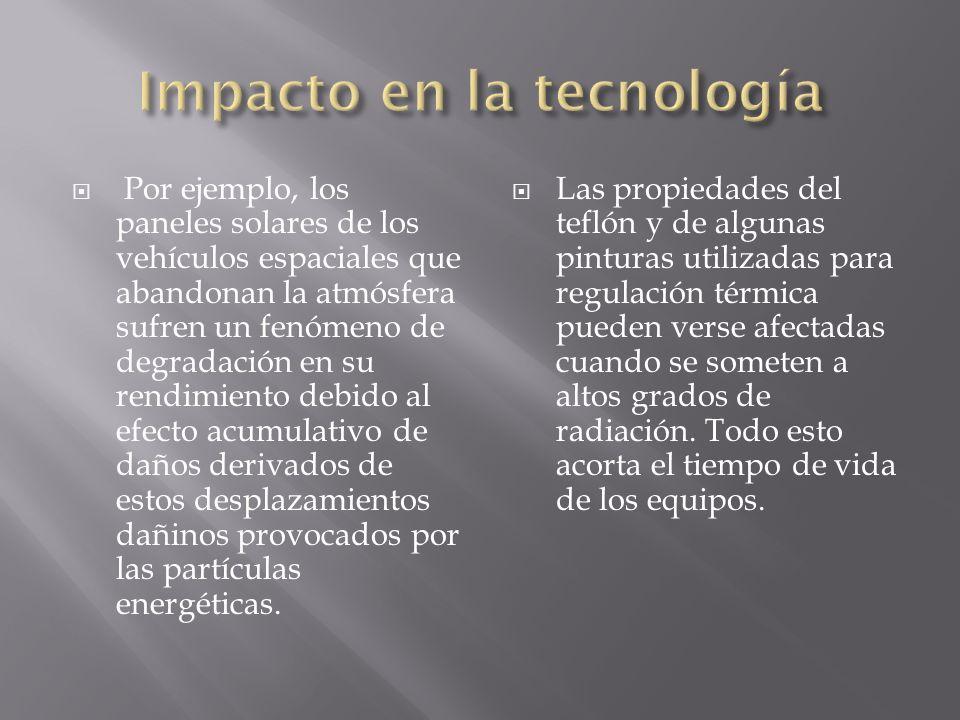 Por ejemplo, los paneles solares de los vehículos espaciales que abandonan la atmósfera sufren un fenómeno de degradación en su rendimiento debido al