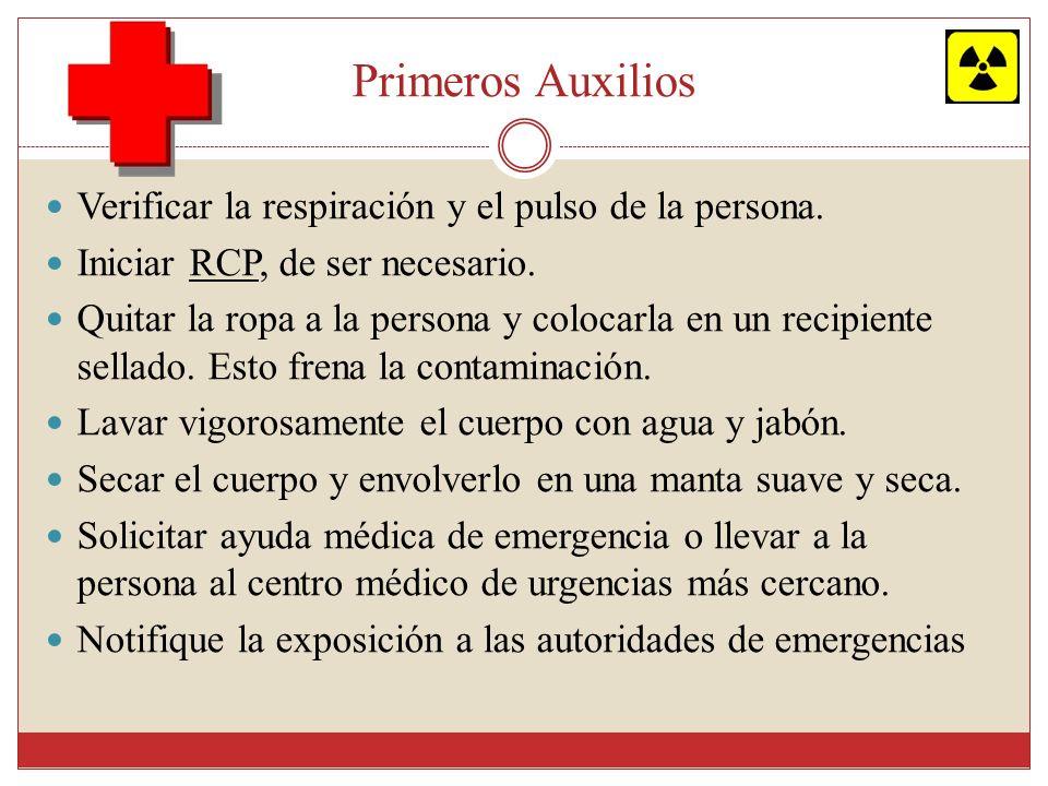 Primeros Auxilios Verificar la respiración y el pulso de la persona. Iniciar RCP, de ser necesario. Quitar la ropa a la persona y colocarla en un reci