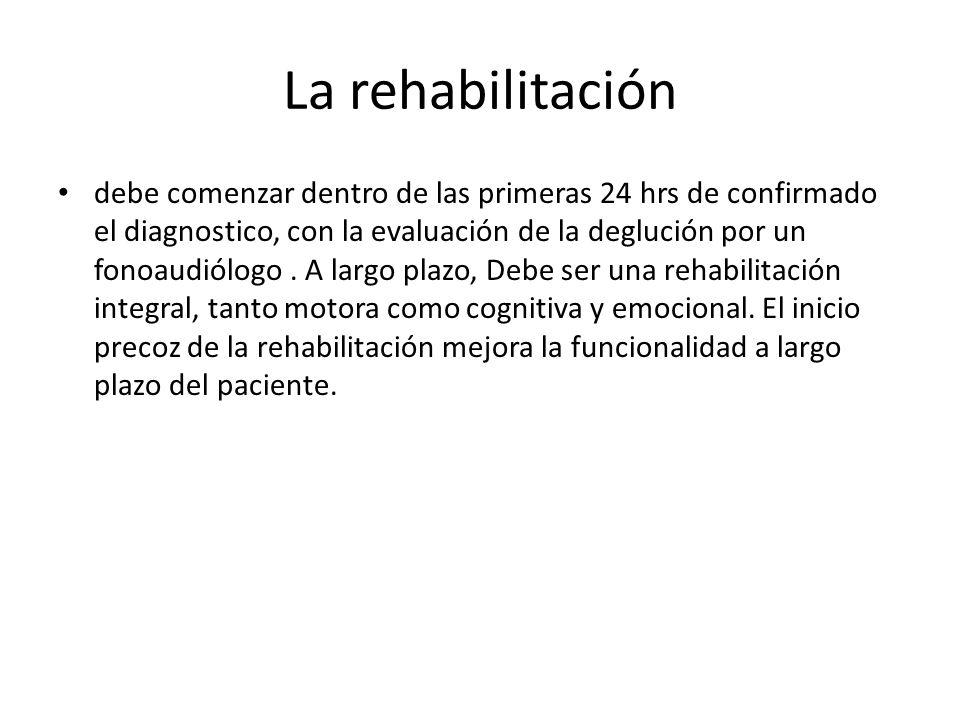 La rehabilitación debe comenzar dentro de las primeras 24 hrs de confirmado el diagnostico, con la evaluación de la deglución por un fonoaudiólogo. A