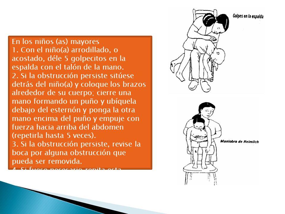 En los niños (as) mayores 1. Con el niño(a) arrodillado, o acostado, déle 5 golpecitos en la espalda con el talón de la mano. 2. Si la obstrucción per