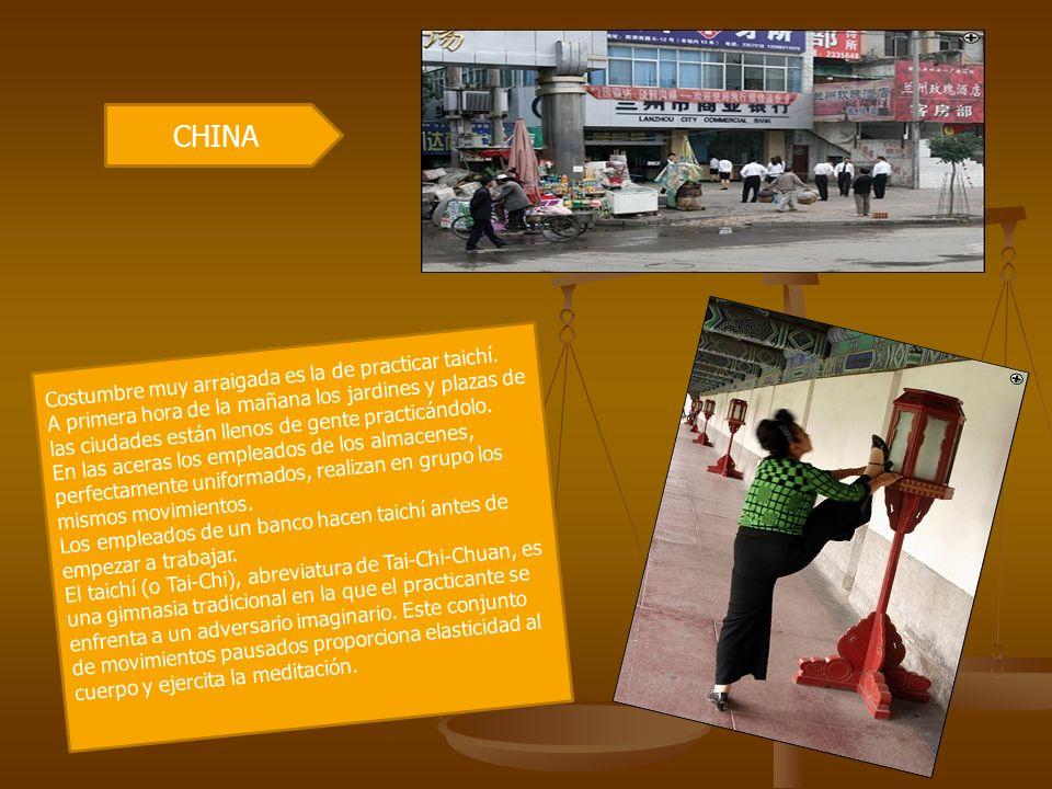 CHINA Costumbre muy arraigada es la de practicar taichí. A primera hora de la mañana los jardines y plazas de las ciudades están llenos de gente pract