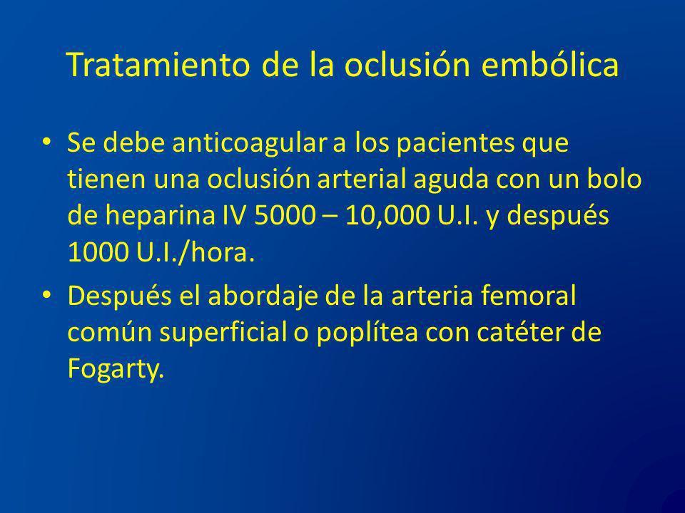 Tratamiento de la oclusión embólica Se debe anticoagular a los pacientes que tienen una oclusión arterial aguda con un bolo de heparina IV 5000 – 10,0