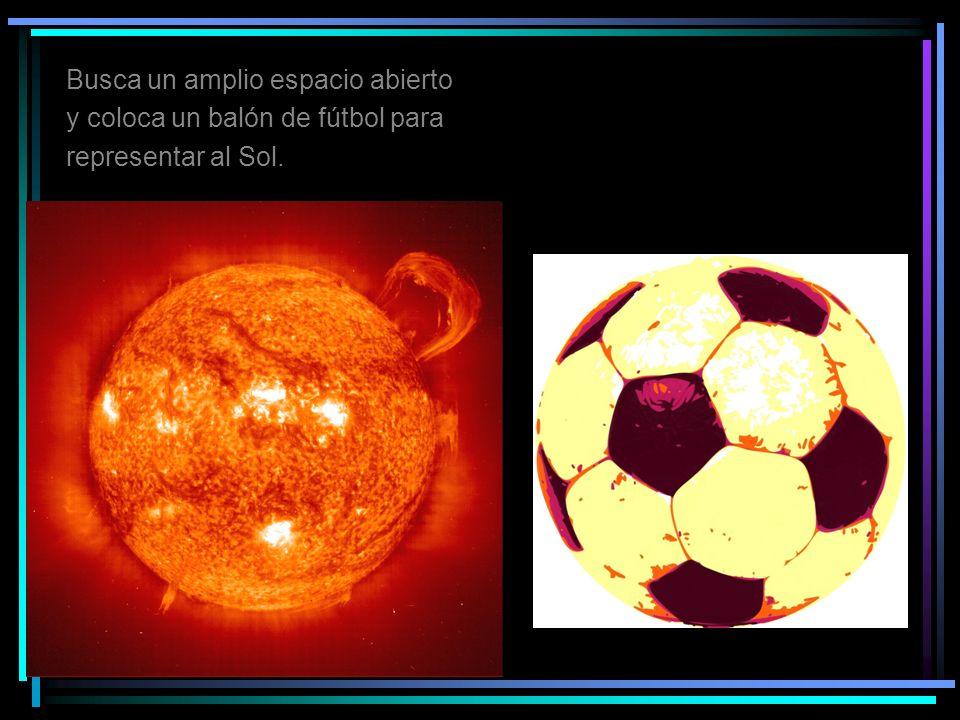 Busca un amplio espacio abierto y coloca un balón de fútbol para representar al Sol.