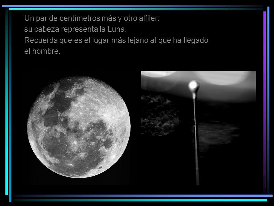 Un par de centímetros más y otro alfiler: su cabeza representa la Luna. Recuerda que es el lugar más lejano al que ha llegado el hombre.