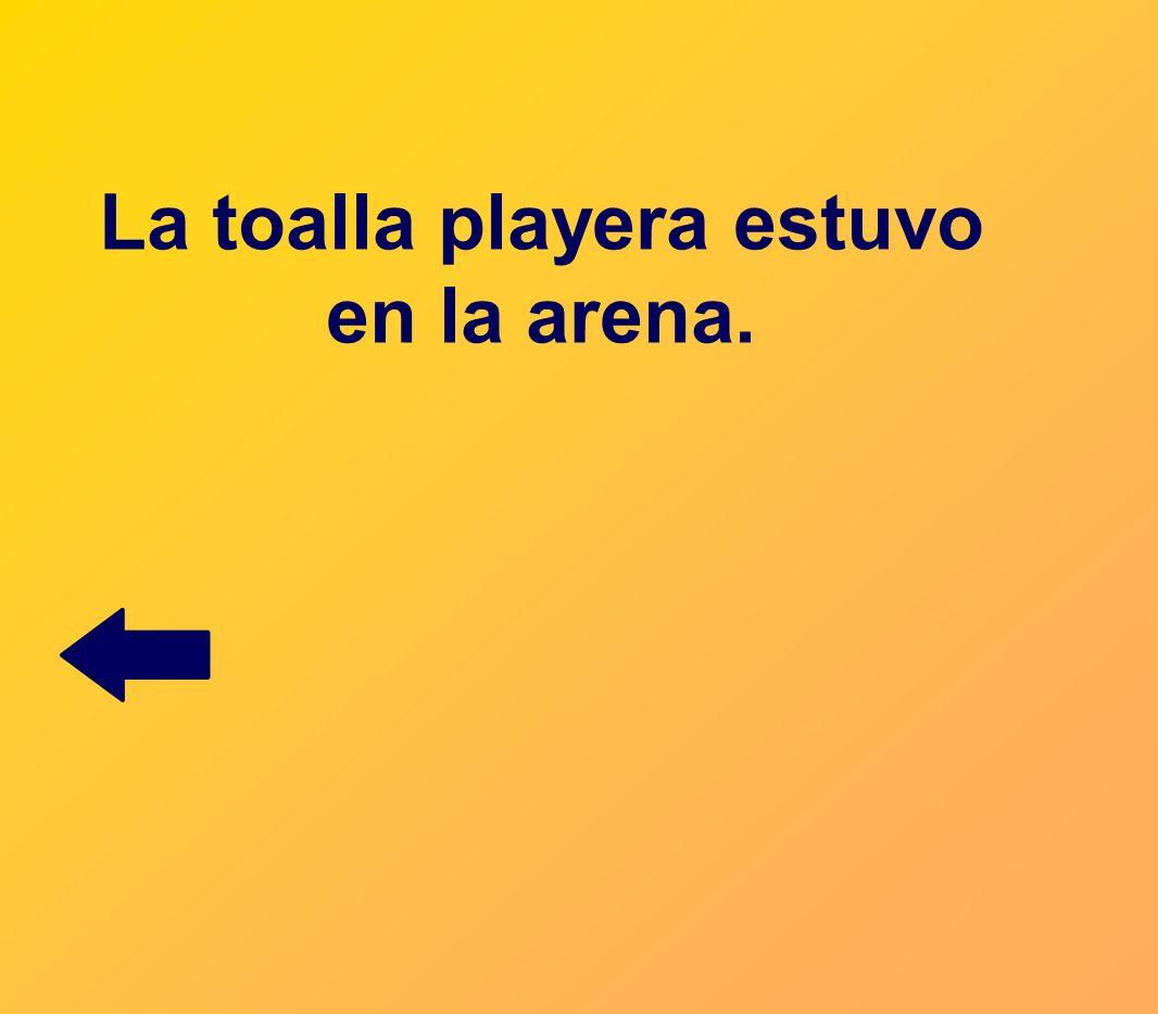 La toalla playera estuvo en la arena.