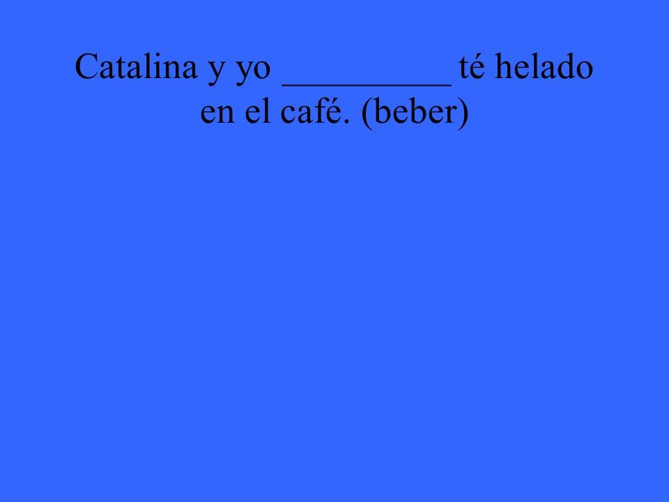 Catalina y yo _________ té helado en el café. (beber)