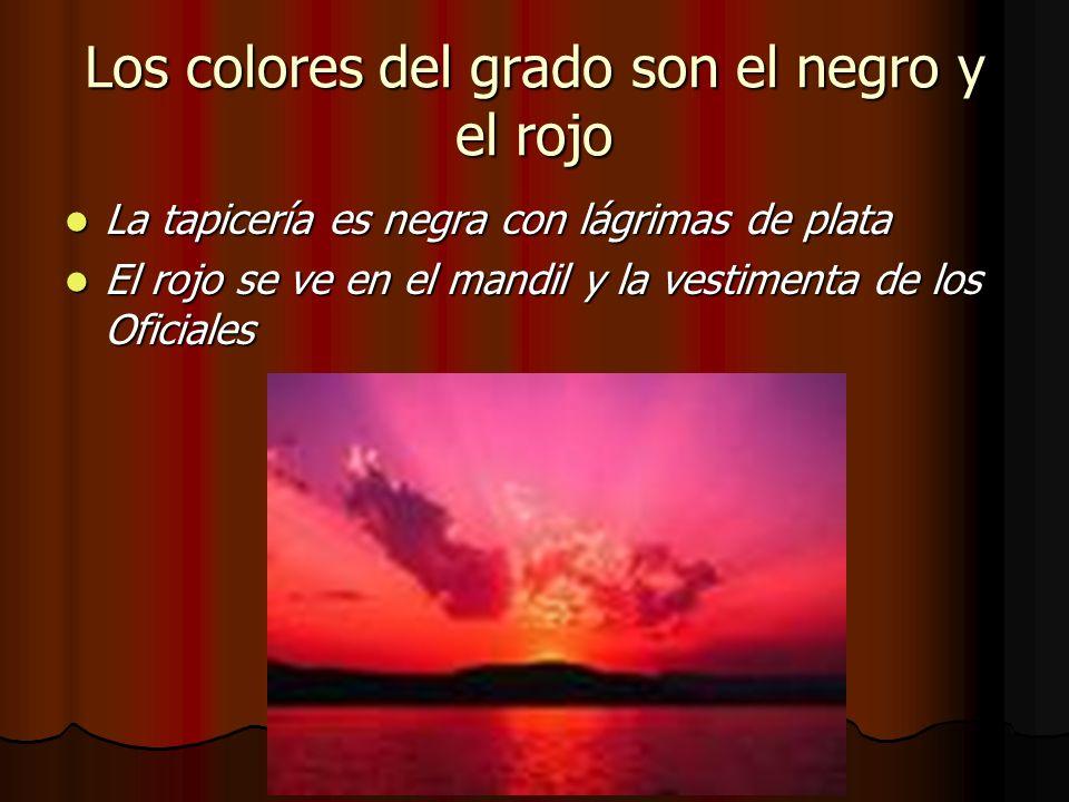Los colores del grado son el negro y el rojo La tapicería es negra con lágrimas de plata La tapicería es negra con lágrimas de plata El rojo se ve en