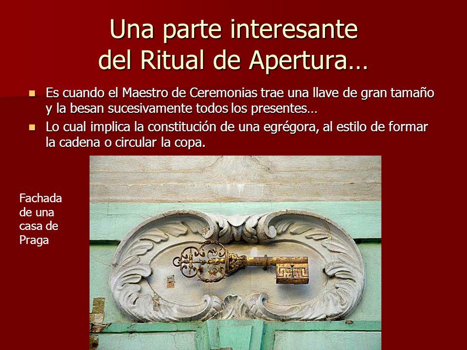 Una parte interesante del Ritual de Apertura… Es cuando el Maestro de Ceremonias trae una llave de gran tamaño y la besan sucesivamente todos los pres
